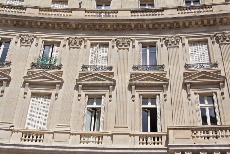 Casa velha com balcões e janelas em Paris França foto de stock