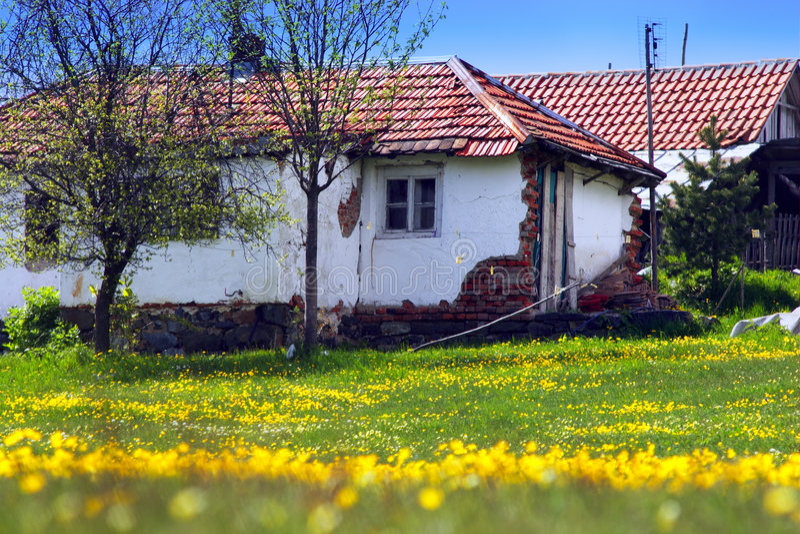 Casa velha com flores foto de stock royalty free