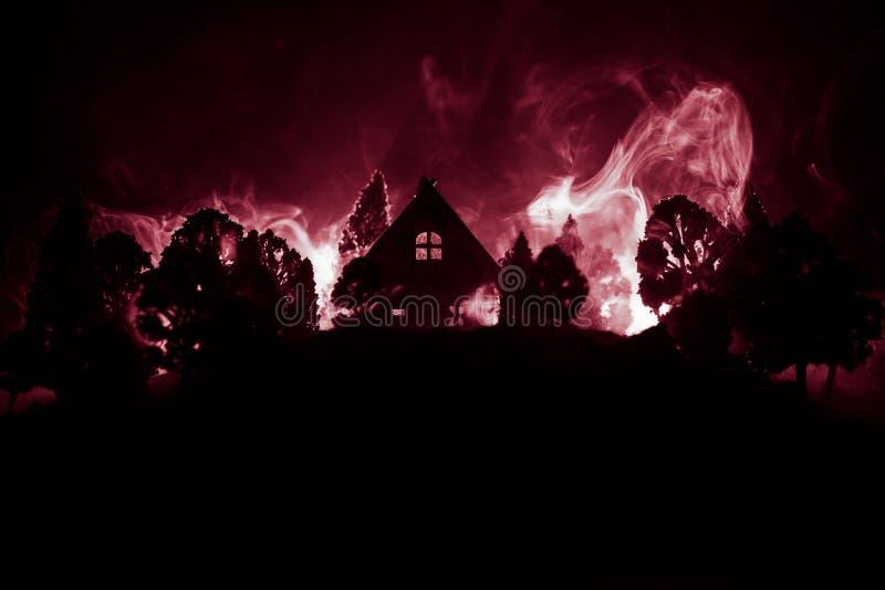 Casa velha com Ghost na floresta na noite ou casa assombrada abandonada do horror na n?voa Constru??o m?stico velha na floresta i foto de stock