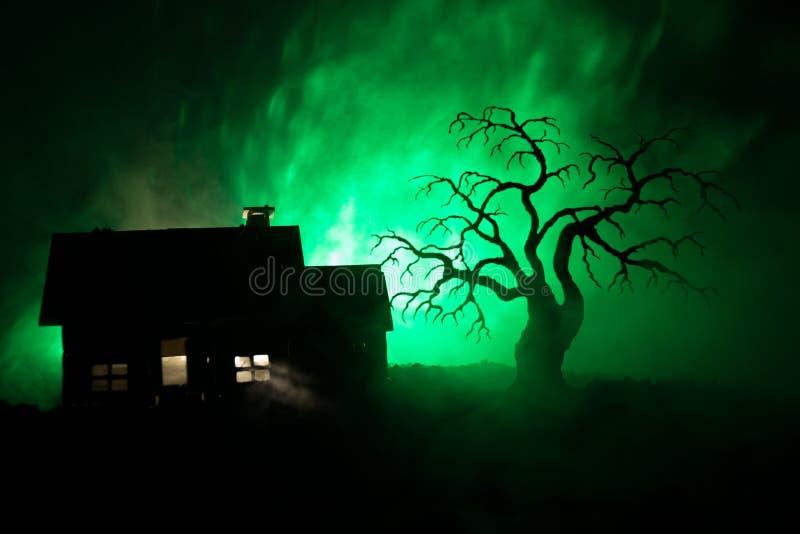 Casa velha com Ghost na noite com árvore assustador ou casa assombrada abandonada do horror no céu nevoento tonificado com luz Co fotografia de stock royalty free