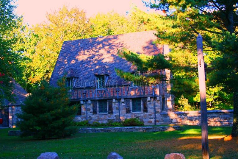 Casa velha com obturadores brancos foto de stock royalty free