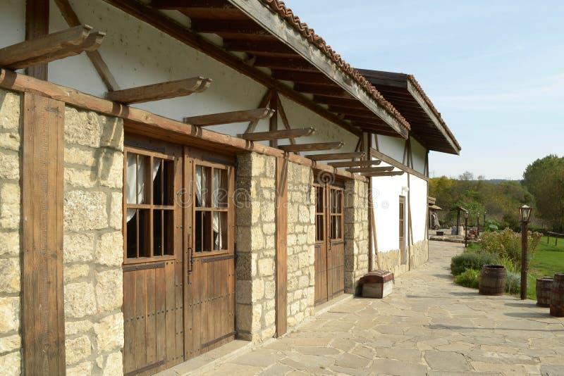 Casa velha com portas de madeira imagens de stock royalty free
