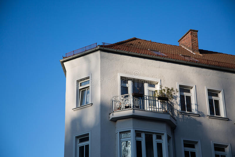 Casa velha, com um balkony agradável foto de stock