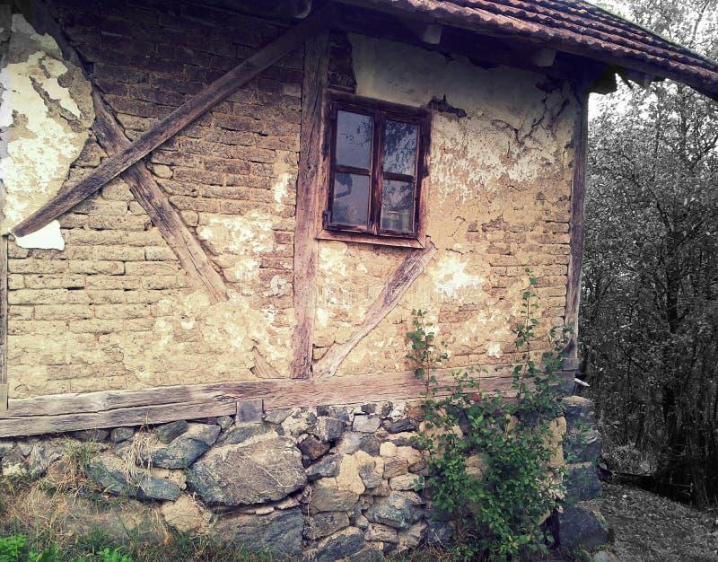 casa velha com uma janela imagens de stock royalty free