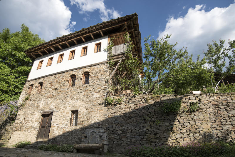 Casa velha da madeira e da pedra fotos de stock royalty free