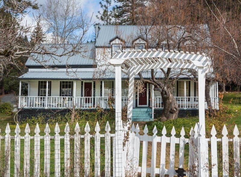 Casa velha de convite em Califórnia rural imagem de stock royalty free