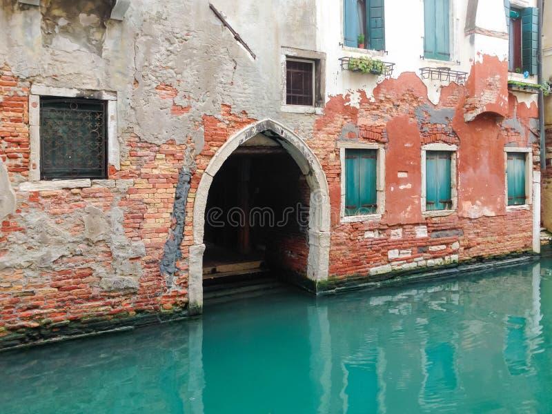 Casa velha do canal em Veneza imagens de stock