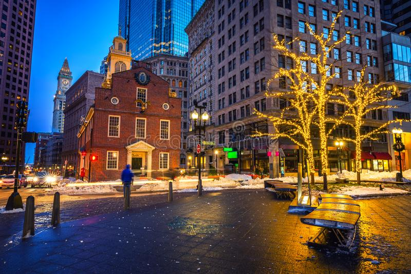Casa velha do estado de Boston na noite imagens de stock royalty free