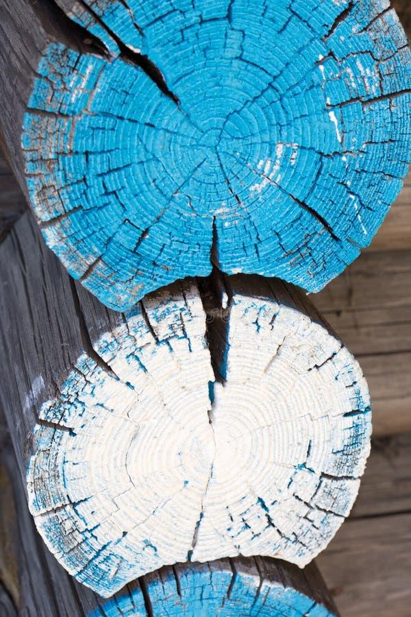A casa velha do log pintada de madeira entra a parede de madeira velha fotos de stock
