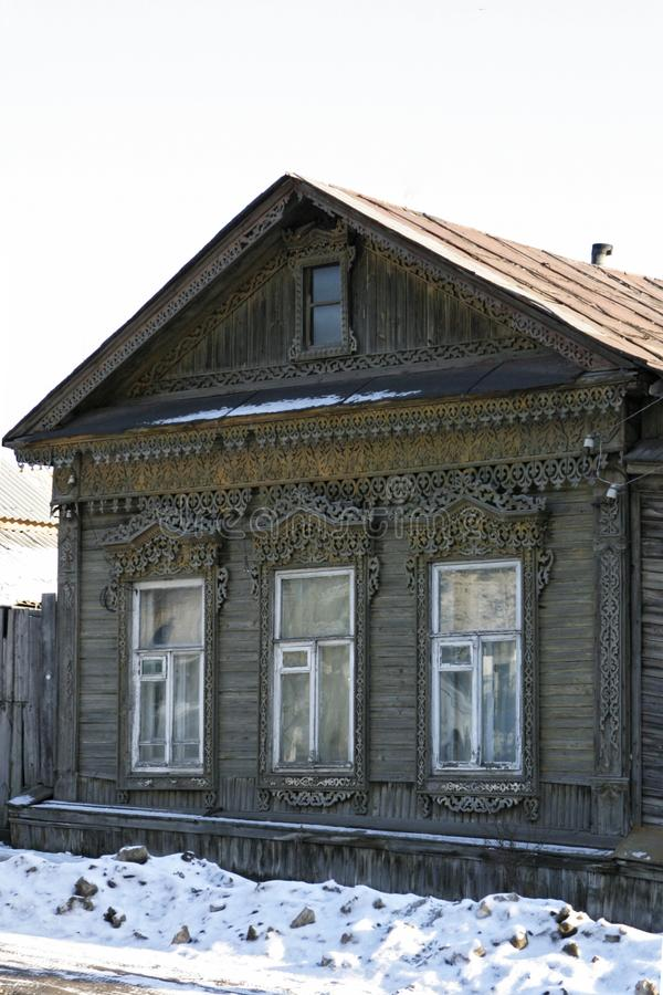 Casa velha do russo com quadros de janela cinzelados Casa de madeira bonita no tempo do inverno imagens de stock