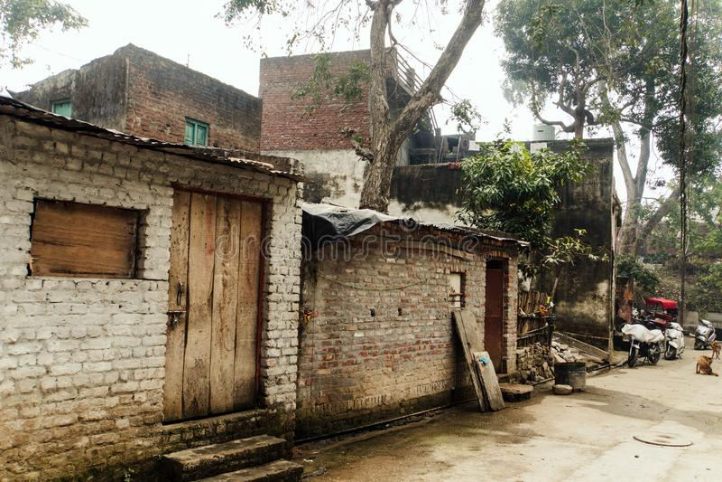Casa velha do tijolo no quarto pobre de Haridwar imagens de stock royalty free