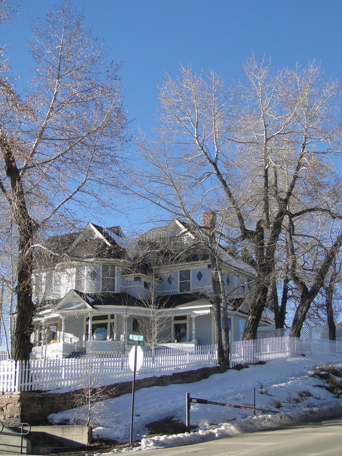 Casa velha do Victorian na neve do inverno imagens de stock royalty free