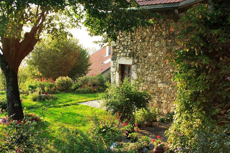 Casa velha e jardim francês imagens de stock