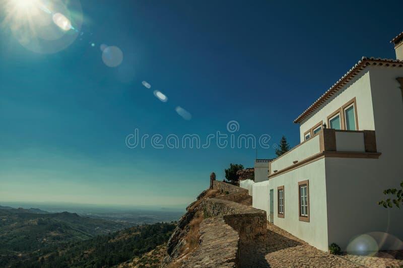 Casa velha e parapeito de pedra com paisagem montanhosa fotografia de stock royalty free