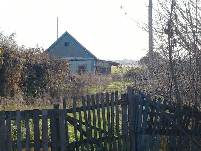 Casa velha e uma cerca podre imagens de stock royalty free