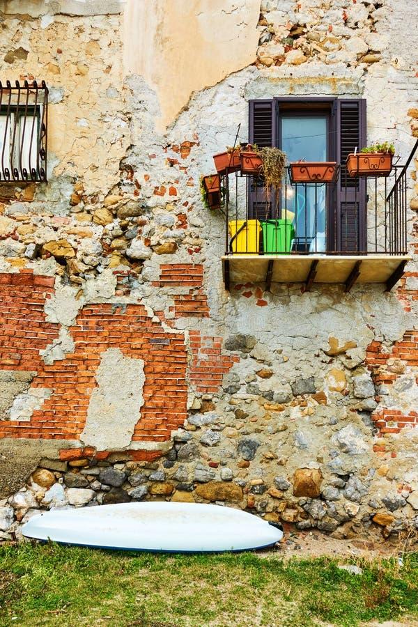 Casa velha em Cefalu imagens de stock