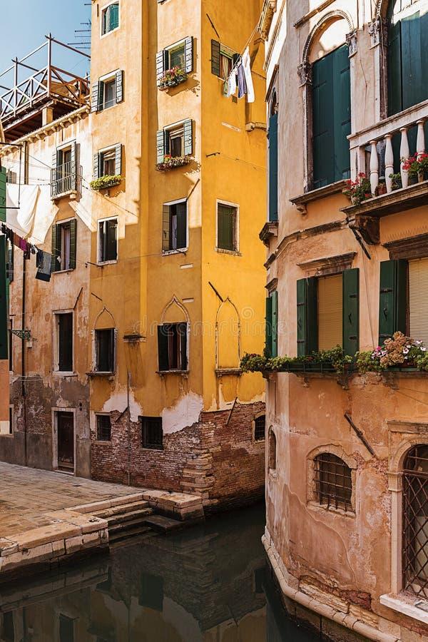 Casa velha em um canal em Veneza imagem de stock royalty free
