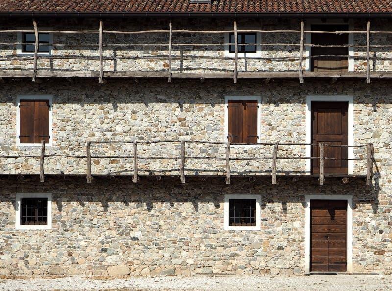 Casa velha europeia com os balcões de madeira longos A fachada é feita de pedras naturais imagem de stock royalty free