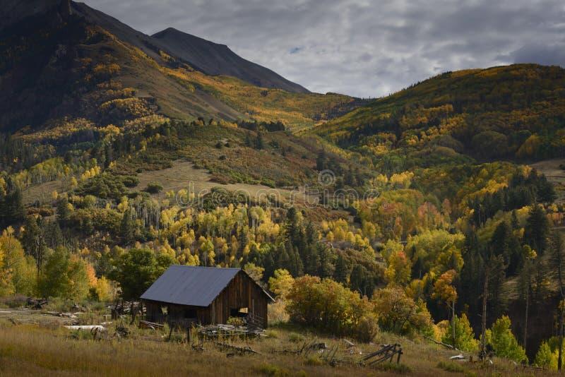 Casa velha na cor da queda foto de stock royalty free