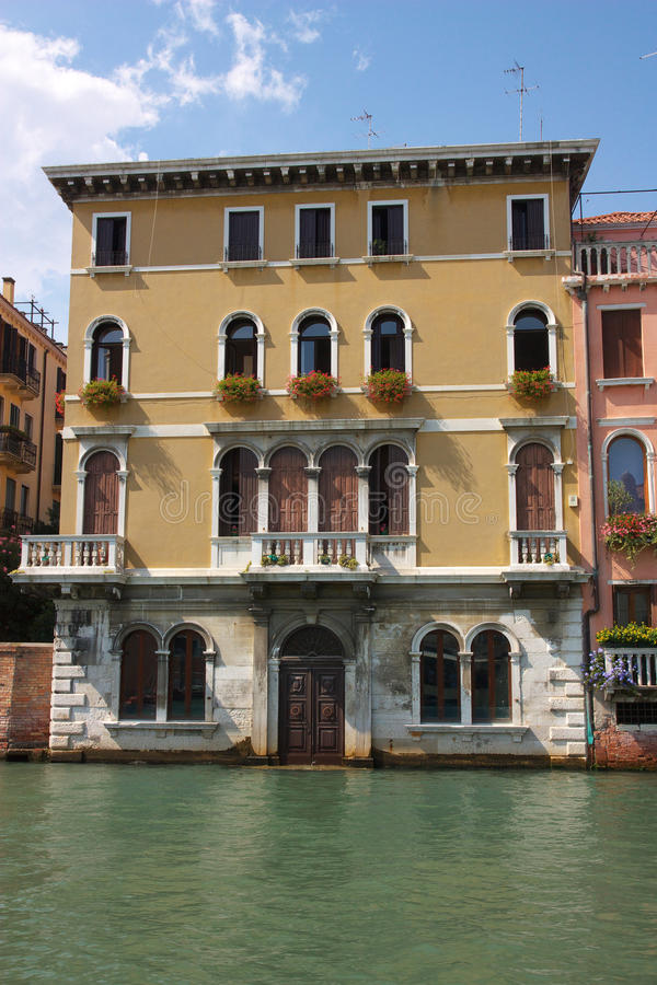 Casa velha no canal de Veneza fotos de stock