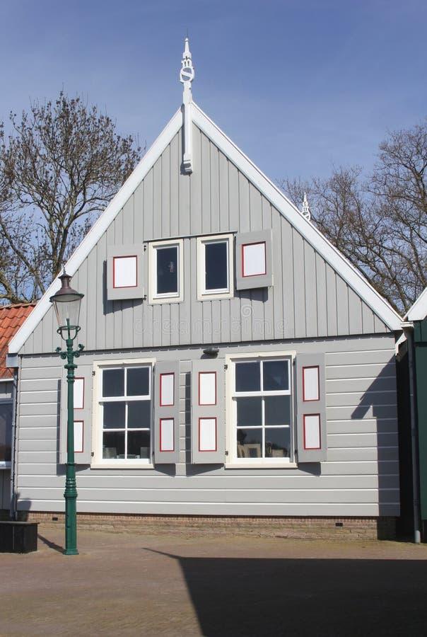 Casa velha no estilo holandês tradicional em Schokland (Unesco), uma antiga ilha da madeira no Noordoostpolder, Países Baixos fotografia de stock royalty free