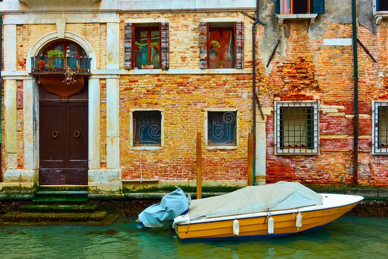Casa velha pelo canal em Veneza imagens de stock royalty free