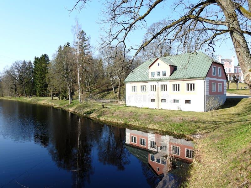 Casa velha perto do rio, Letónia imagens de stock