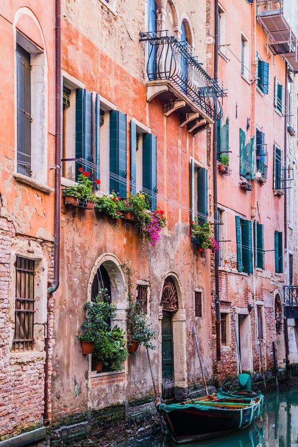 Casa velha residencial no canal da água em Veneza, Itália imagem de stock