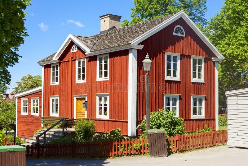 A casa velha típica skansen dentro o jardim imagem de stock