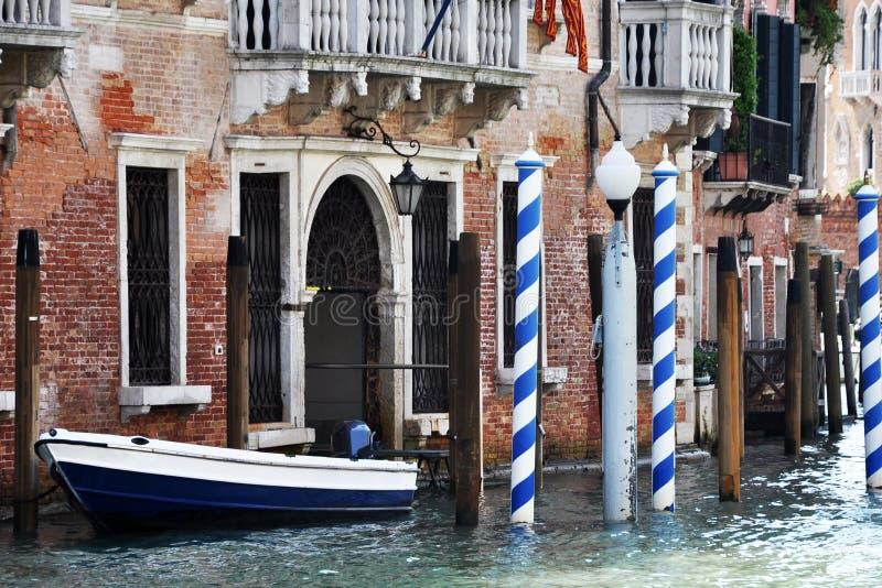 Casa veneziana con una barca personale fotografie stock libere da diritti
