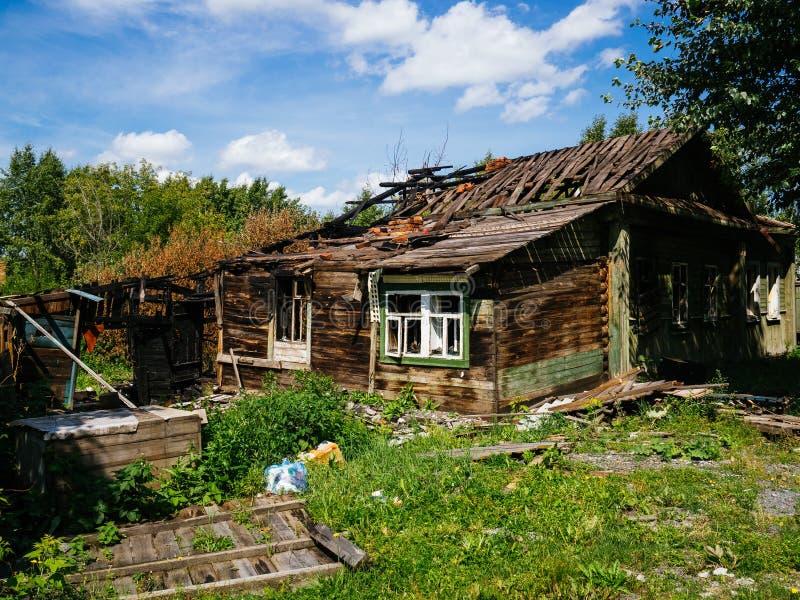 Casa verde de madera destruida. Casa despu?s del fuego foto de archivo