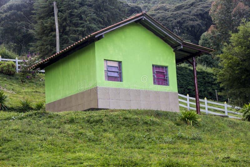 Casa verde en la montaña fotos de archivo