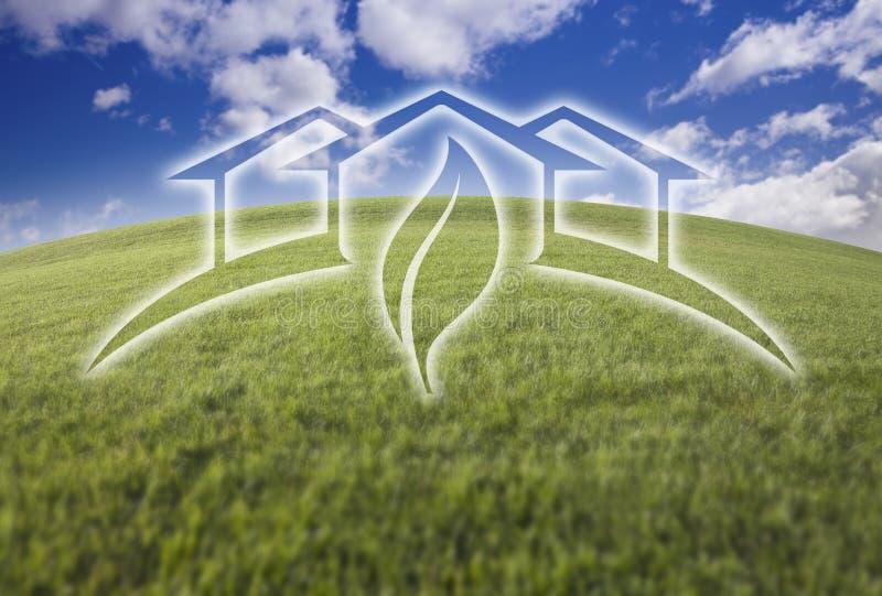 Casa verde Ghosted sobre a grama e o céu frescos ilustração do vetor