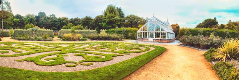 Casa verde no jardim do outono foto de stock royalty free