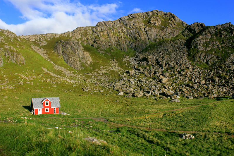 Casa vermelha em ilhas de Lofoten, Noruega fotografia de stock royalty free