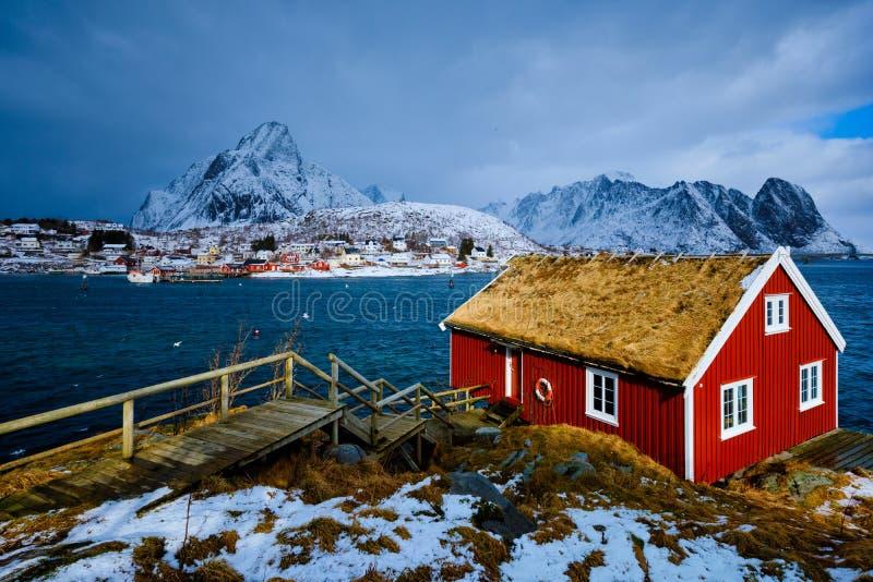 Casa vermelha tradicional do rorbu na vila de Reine em ilhas de Lofoten, fotos de stock royalty free