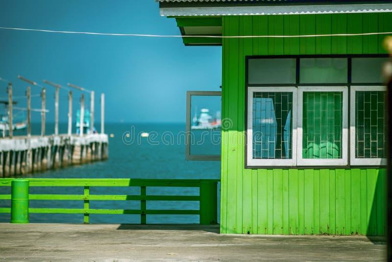 A casa vibrante do pescador verde fotografia de stock