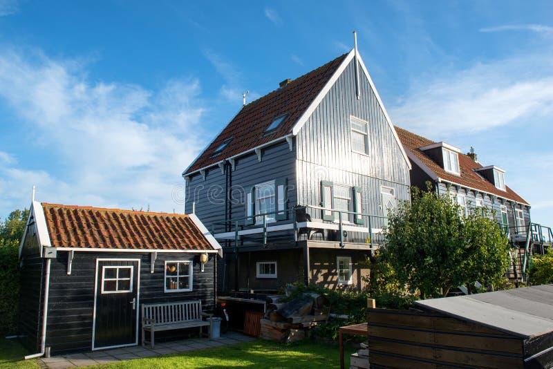 Casa vieja auténtica en Marken que se baña en la luz del sol de la mañana foto de archivo