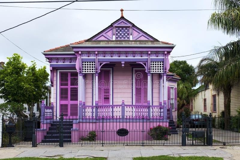 Casa vieja colorida en la vecindad de Marigny en la ciudad de New Orleans fotos de archivo