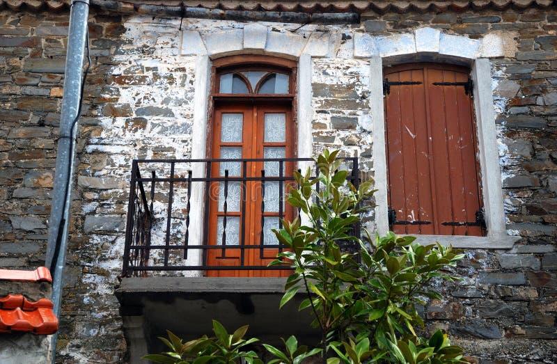 Casa vieja con el balcón imagen de archivo