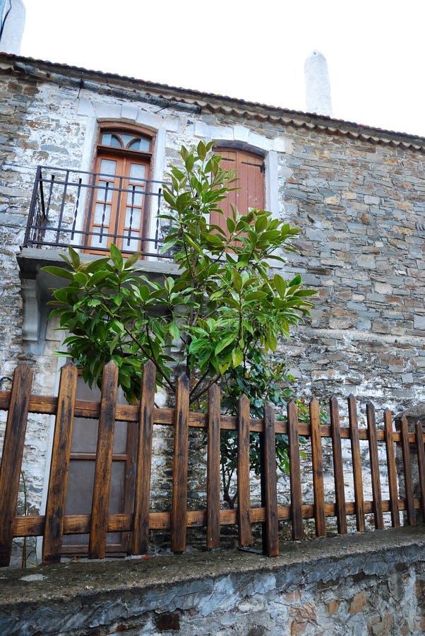 Casa vieja con el balcón fotos de archivo