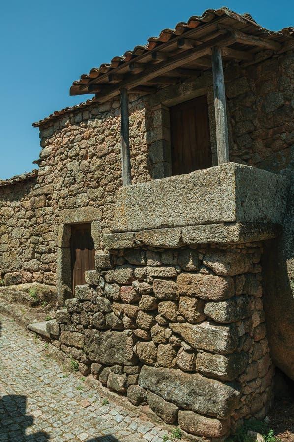 Casa vieja con la escalera que va a un pequeño pórtico en Monsanto fotos de archivo libres de regalías