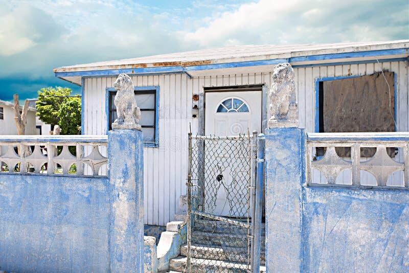 Casa vieja con la estatua del león en la puerta azul de la pared fotografía de archivo libre de regalías