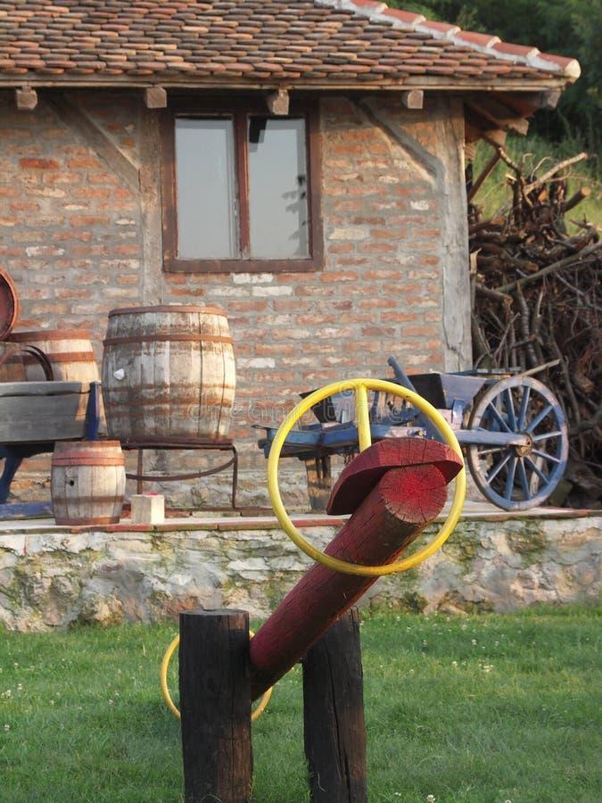Casa vieja con los objetos rurales fotografía de archivo