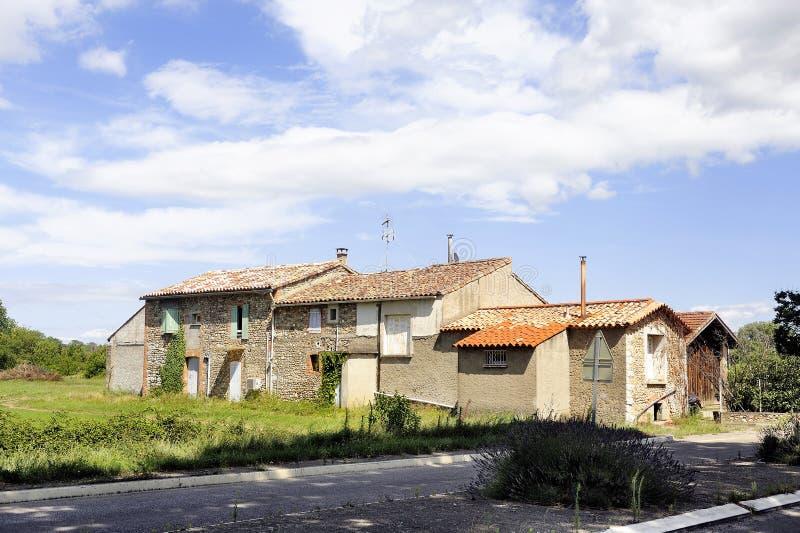 Download Casa Vieja Con Los Obturadores Blancos Foto de archivo - Imagen de configuración, hermoso: 42445248
