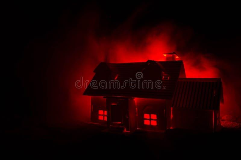 Casa vieja con un fantasma en la noche iluminada por la luna o casa frecuentada abandonada del horror en la niebla, chalet místic foto de archivo