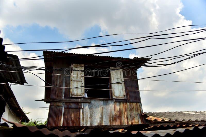 Casa vieja construida con cinc de decaimiento imagenes de archivo
