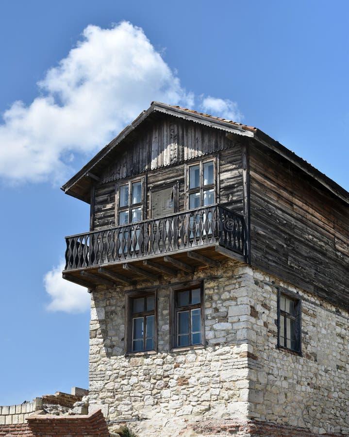 Casa vieja de la madera y de la piedra fotos de archivo