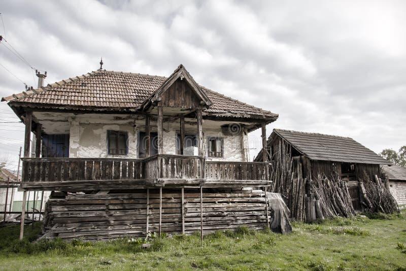 Casa vieja del campo y un granero viejo en un pueblo rumano foto de archivo