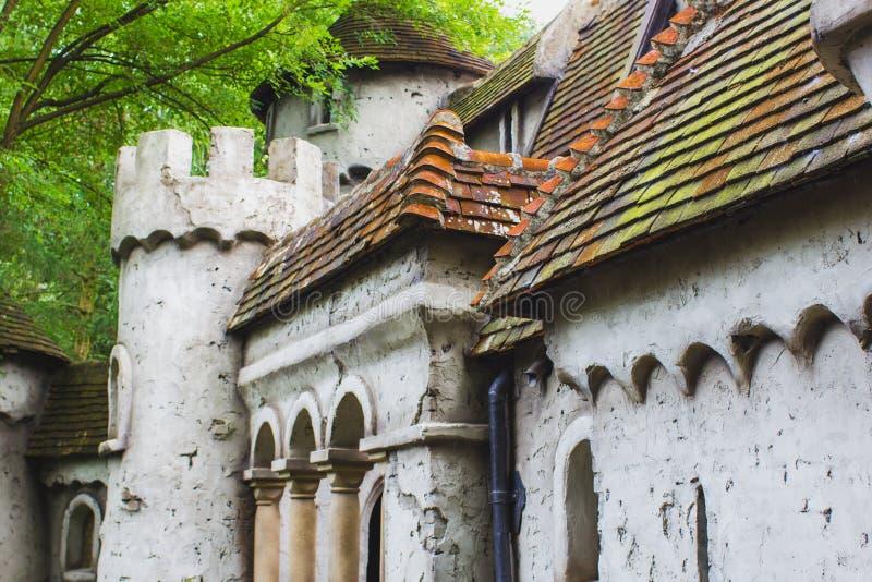 Casa vieja del cuento de hadas con el tejado y la torre Holanda, Países Bajos, Eu fotos de archivo